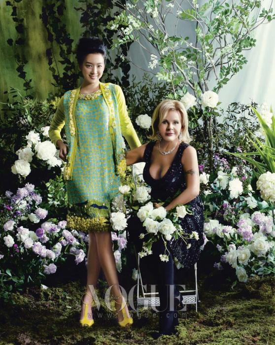 정려원은 라임그린과 옐로가 조화롭게 매치된 장식적인 드레스에 같은 톤의카디건과 상큼한 레몬 컬러 스트랩 슈즈를 매치했다. 의상과 슈즈는 모두 블루마린(Blumarine).