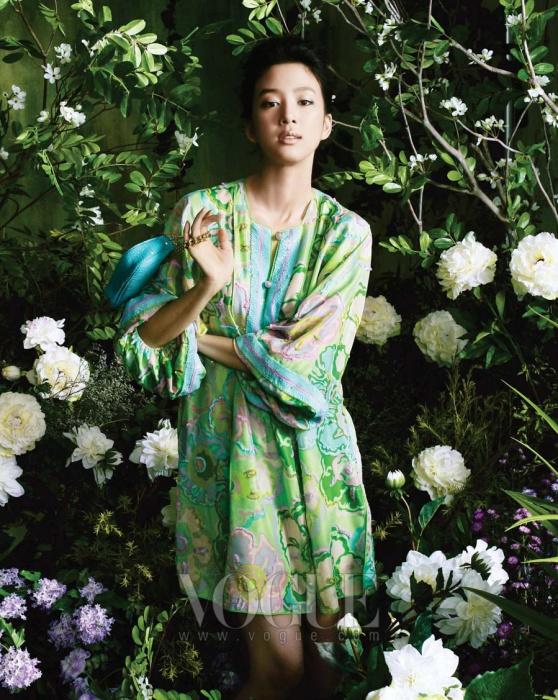 플라워 패턴이 화사하게 장식된 라임그린 튜닉 드레스와 블루그린체인 백은 모두 블루마린(Blumarine).