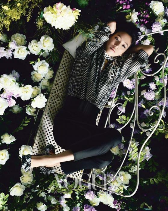 블랙&화이트 체크 패턴 셔츠와 리본 장식 슈즈,블랙 하이 웨이스트 팬츠와 패턴 스카프는 모두 블루걸(Blugirl).