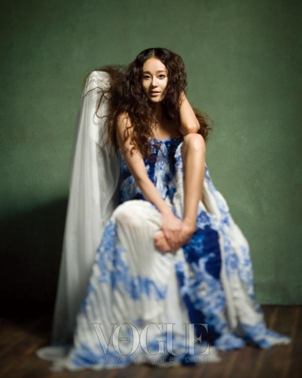 웨지우드풍의 앤틱한 플라워 프린트가 돋보이는 아코디언 플리츠의 시폰 드레스는 로베르토 카발리(Roberto Cavalli).