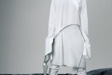 아방가르드한 절개가 돋보이는 화이트 셔츠는 이진윤(Lee Jean Youn), 화이트 스키니 팬츠는 엘록(Eloq), 실버 슬링백은 루이 비통(Louis Vuitton).