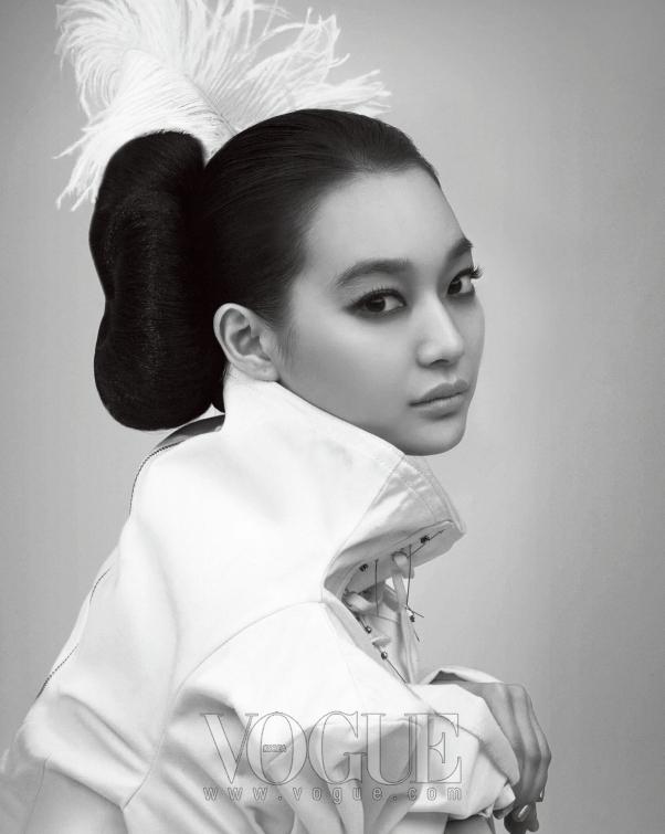 여밈 장식으로 더욱 볼륨감을 살린 화이트 재킷은 이진윤(Lee Jean Youn).