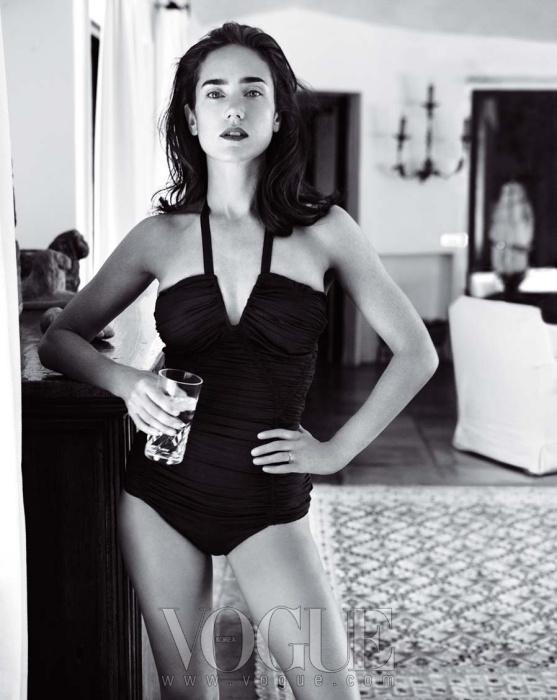bathing beauty두 아이의 엄마인 제니퍼 코넬리의아름다운 보디라인. 홀터 디자인의 수영복은보테가 베네타(Bottega Veneta).