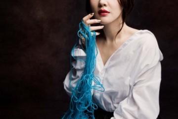 드라마틱하게 펼쳐지는 네이비 랩스커트는 비터앤스위트(Bitter&Sweet),아방가르드한 화이트 셔츠는더치스 바이 이윤정(Duchess byLee Yun Jung), 블루 새틴 슈즈는최정인(Choi Jung In).