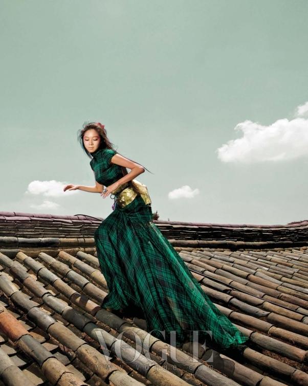 연한 바람에도 스커트 자락이 날리는 시폰 소재의 체크 프린트 그린 롱 드레스는 랄프 로렌 컬렉션(Ralph Lauren Collection), 커다란 크리스털 반지는 디올(Dior).