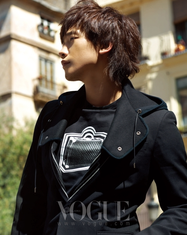비는 화이트 수트 케이스 팝아트 모티브가 프린트된 라운드 티셔츠 위에 후드 디테일이 가미된 캐주얼한 블랙 재킷을 걸쳤다.