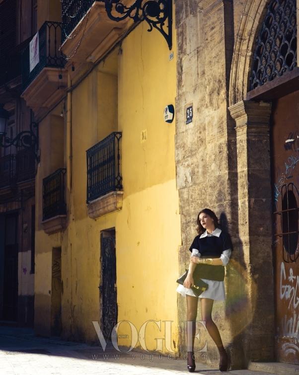 다이애나는 커다란 칼라가 돋보이는 롱 화이트 셔츠와 블랙 캐시미어 톱에 퍼플 앵클 스트랩 슈즈와 블랙 모노그램 모타드 리포터 백을 매치했다.