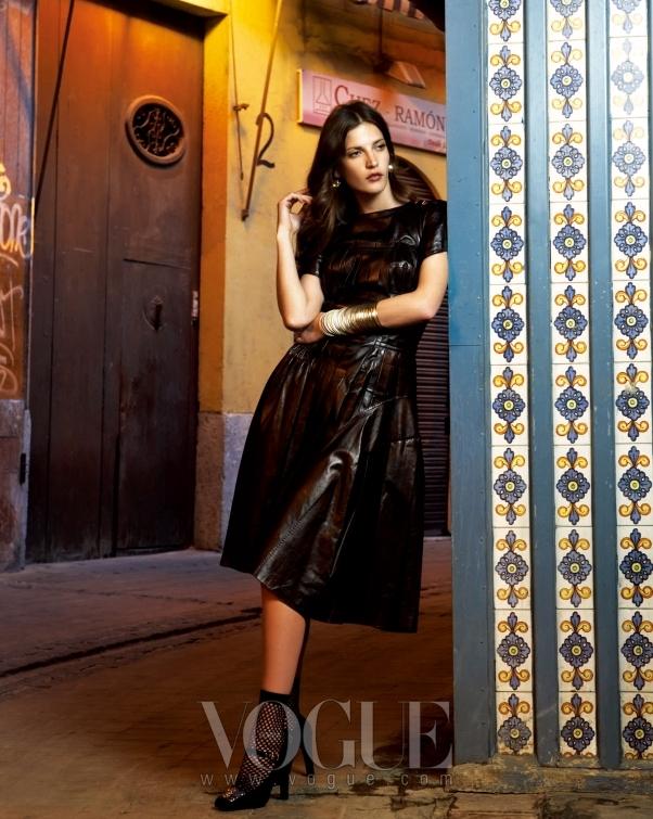 다이애나는 절개 라인이 가미된 광택감 있는 블랙 뷔스티에 드레스에 블랙 스트랩 슈즈를 매치했다.
