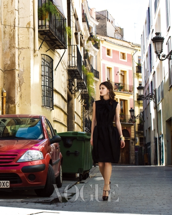 다이애나는 클래식한 감각이 돋보이는 블랙 슬리브리스 드레스에 블랙 티 스트랩 슈즈로 감각을 더했다.