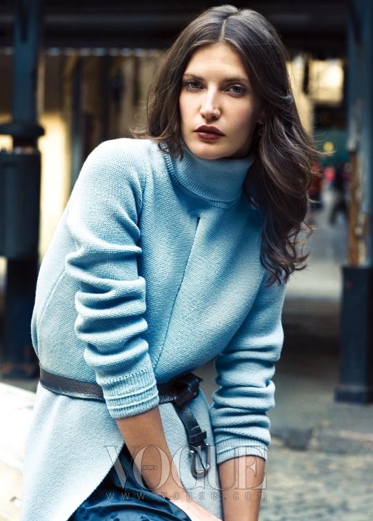 다이애나는 터틀넥 라이트블루 튜닉 톱에 블루 스커트를 매치했다. 다이애나가 입은 의상은 모두 루이 비통.