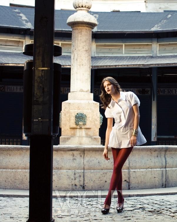 다이애나는 원피스처럼 연출 가능한 퍼프 소매 화이트 셔츠에 블랙 티 스트랩 슈즈로 감각적인 스타일링을 연출했다.