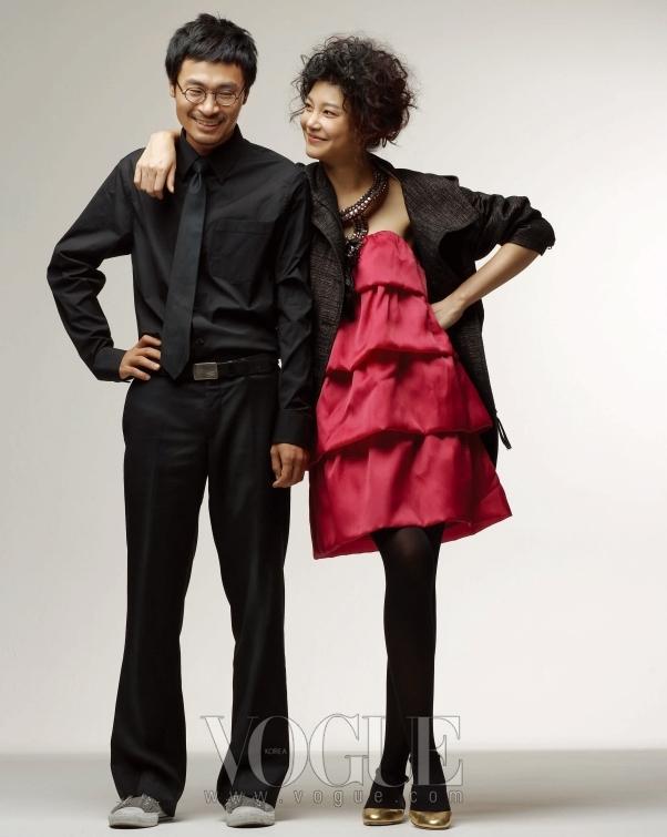 차예련의 요정 같은 매력을 한층 돋보이게 해주는 새틴 미니 드레스는 볼드한 프릴이 층층히 겹쳐진 디자인에 포인트를 주는 화려한 주얼 장식이 특징이다. 차예련의 의상은 오즈 세컨(O'2nd), 골드 플랫 슈즈는 블러쉬(Blush), 이한욱의 베이식한 블랙 셔츠와 넥타이는 클럽 모나코(Club Monaco).