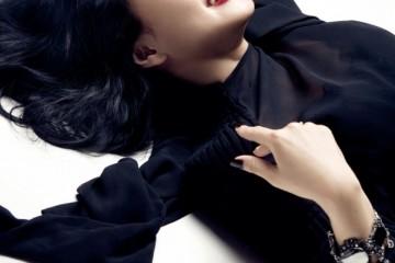 튜닉 스타일의 원피스는 로에베, 참 장식이 있는 화려한 팔찌는 디올.