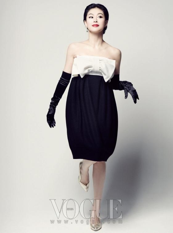가슴 부분이 포인트인 하이 웨이스트 원피스는 손정완, 빛 바랜 골드 컬러 힐은 미스지 콜렉션.