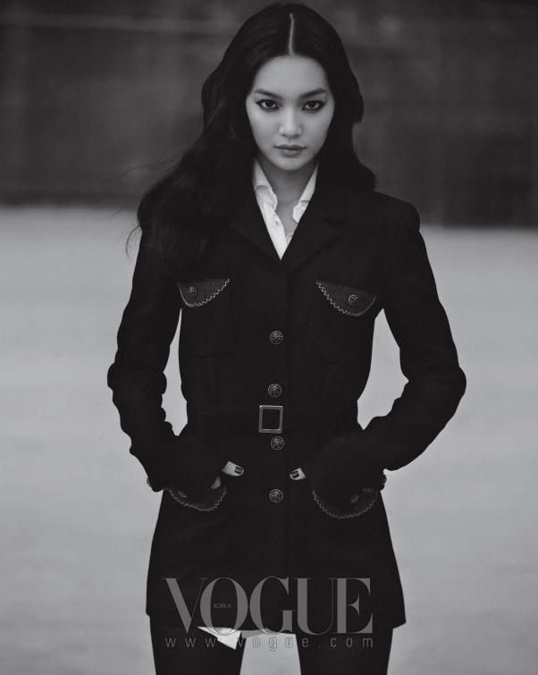 신민아가 입은 블랙 롱 재킷은 샤넬(Chanel), 화이트 블라우스는 돌체 앤 가바나(Dolce & Gabbana).