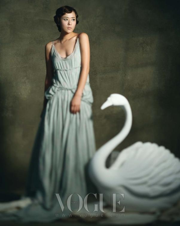 민트 컬러의 드레스는 강희숙, 화이트 슈즈는 디올, 액세서리는 스와로브스키.