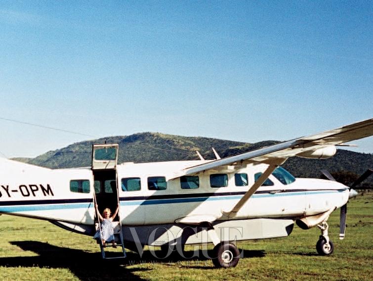 GOING UP! 코타의 주인 캘빈 코타의 딸 샬리가 캠프 소유 경비행기 안에서 놀고 있다.