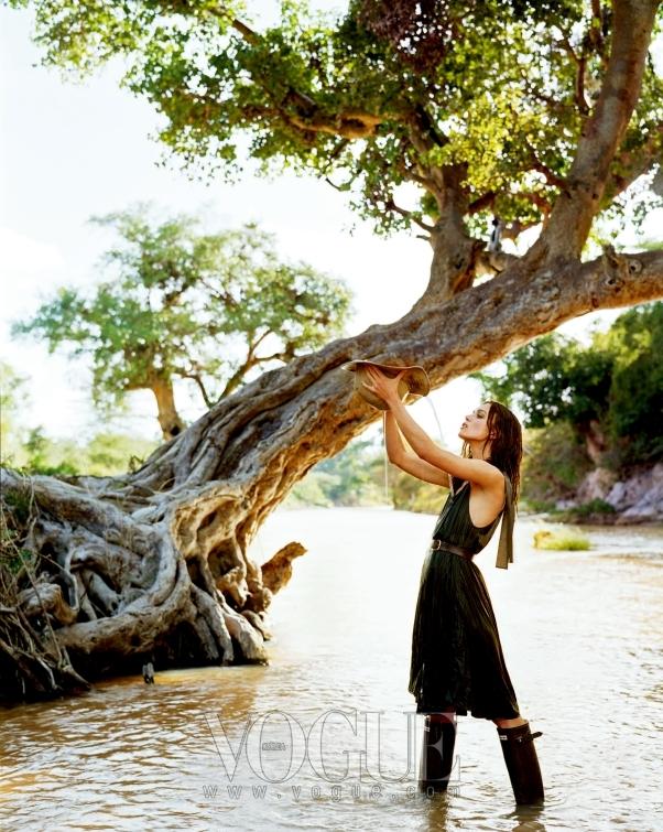 "WATERING HOLE ""점심을 먹고 이 멋진 강가로 왔어요. 커다란 나무가 멋지게 늘어진 초콜릿빛 강물에 서니 마치 제가 물의 요정이 된 듯했죠."" 자연스럽게 드레이프 진 코튼 탱크 드레스는 DKNY."