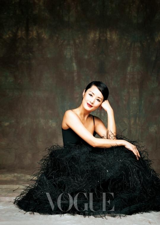 블랙 드레스는 에스까다(Escada), 오간자 셔츠는 이진윤(Lee Jean Youn).