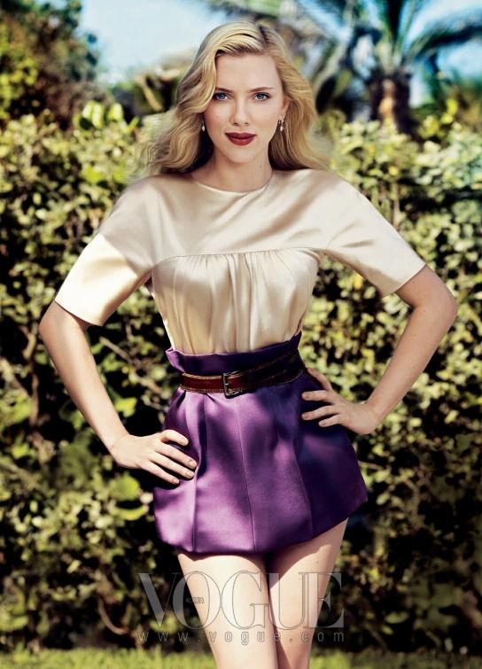 스칼렛 요한슨은 키이라 나이틀리나 나탈리 포트만 같은 깡마른 여배우들 사이에서 관능적인 카리스마를 뽐내고 있다.그녀가 입은 새틴 블라우스와마이크로 미니스커트는 모두 프라다(Prada).