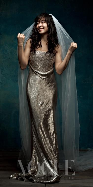 우아한 롱 드레스는 랄프 로렌 컬렉션(Ralph Lauren Collection), 귀고리는 에릭슨 비먼(Erickson Beamon at Detail)