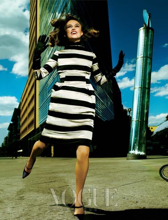 Racing Stripes 반듯한 실루엣과 샤프한 각도를 자랑하는 포츠다머 플라츠 빌딩의 축소판인 기하학적 무늬와 실루엣의 드레스! 드레스와 장갑, 앞코가 뾰족한 메리 제인 슈즈는 모두 랑방(Lanvin).