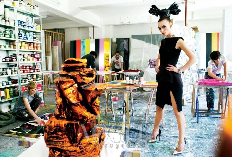 Exhibit A 스튜디오 안에 있는 청동 조각품과 나이틀리의 멋진 헤드 피스는 모두 개념 아티스트 안셀름 레일의 작품. 블랙 울 크레이프 드레스와 스트라스 소재의 목걸이와 팔찌는 모두 발렌시아가(Balenciaga), 아찔한 스틸레토 슈즈는 도르세이(d Orsay).