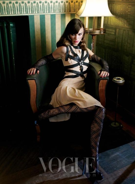 Show Girl 매혹적인 드레스를 입고 호텔 보고타의 라운지에 앉아 포즈를 취한 나이틀리는 1920년대 카바레 걸을 연상시킨다. 블랙 가죽 트리밍 장식이 특징인 베이지 색상의 크레이프 드레스와 브로치, 레이스 장갑, 스타킹은 모두 샤넬(Chanel).