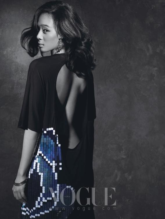 4년 만에 새 앨범을 발매할 예정인 윤미래가 성숙한 여인의 모습으로 돌아온다. 등이 파인 시원스런 원피스는 디올, 목걸이와 귀걸이는 인핑크.