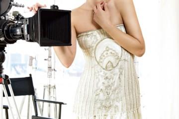 꾸뛰르 터치의 섬세하게 수 놓인 비즈 드레스는 미국 상류 사회의 우아한 숙녀들에게 어필할 듯. 밀라의 어깨가 시원스레 드러나는 튜브 드레스는 랄프 로렌 컬렉션.