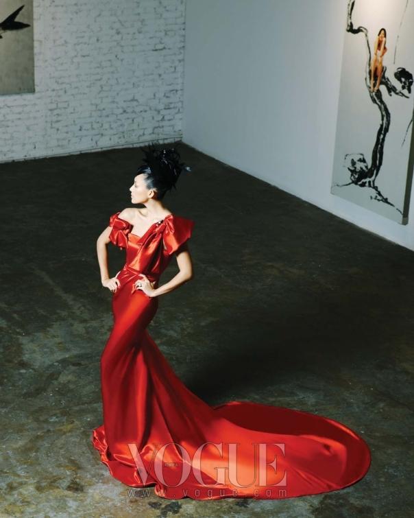 긴 트레인이 돋보이는 매혹적인 레드 새틴 롱 드레스는 강진영(Kang Jin Young). 리본 중간에 달린 브로치는 샤넬(Chanel).