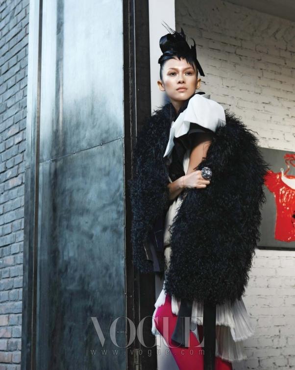 미디 길이의 슬리브리스 시폰 드레스와 새틴 소재의 미니 케이프는 쟈뎅 드 슈에뜨(Jardin de Chouette), 블랙 몽골리안 램 코트는 TSE, 커다란 크리스털 링은 디올(Dior).
