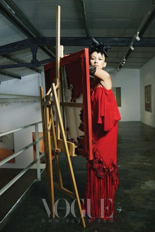 레드 페이턴트 오브제가 돋보이는 20년대풍의 니트 드레스는 루비나(Rubina), 레이스 롱 장갑은 샤넬(Chanel).