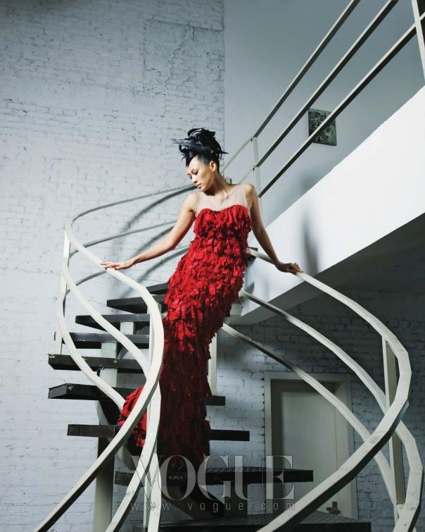 실크 소재를 손으로 찢어 완성한 머메이드 레드 드레스는 한송(Hansong).
