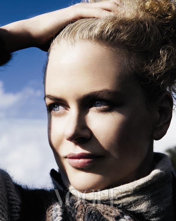 에르메스의 캐시미어 카디건에 인해빗(Inhabit)의 터틀넥을 입은 내추럴한 모습의 니콜 키드만. 그녀의 조각 같은 얼굴이 아침 햇살에 눈부시다