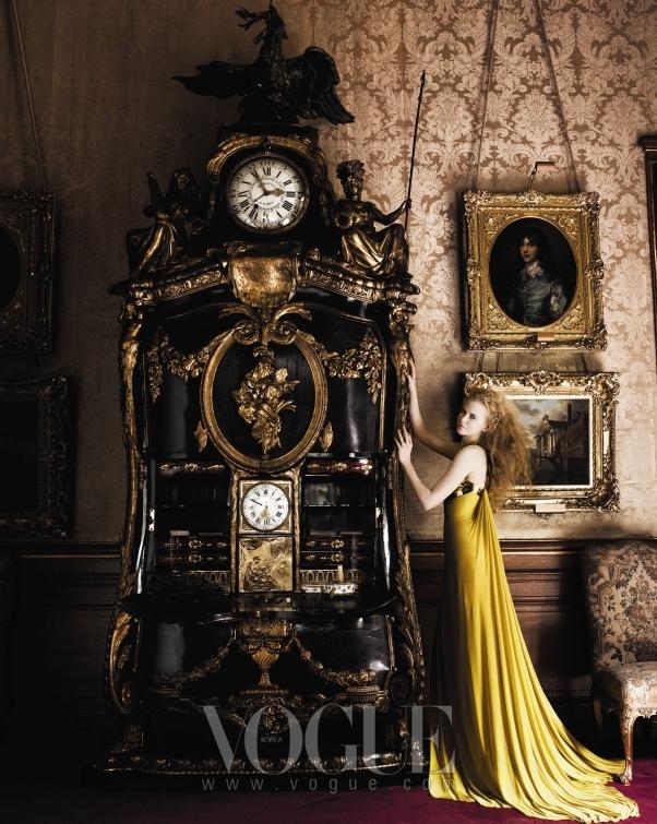 가슴에 골드 플레이트 장식이 된 베르사체(Versace)의 황금색 저지 드레스를 입은 그녀는 내슈빌의 자연과는 대조적인, 예술품 같은 우아한 여신의 아우라를 발산한다.