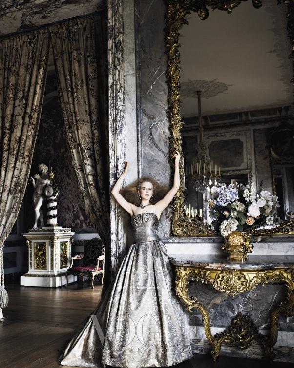 은막의 여왕, 유일무이한 레드 카펫의 여신으로 칭송받는 니콜 키드만에게 캐롤리나 헤레라(Carolina Herrera)의 실버 브로케이드 드레스는 드라마틱하게 잘 어울린다. 귀고리와 목걸이는 S.J. 필립(Phillips).