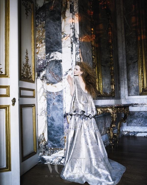 우아한 볼륨감이 넘쳐 흐르는 잭 포즌(Zac Posen)의 자가드 드레스와 프레드 레이톤(Fred Leighton)의 다이아몬드 귀고리가 니콜의 아름다움에 판타지를 더한다.