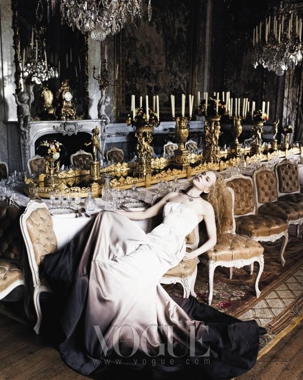 이 시대의 여인의 초상, 니콜 키드만의 매혹적인 자태를 감상하시라! 먹물이 스민 듯 헴라인이 그러데이션 된 지방시(Givenchy) 오뜨 꾸뛰르 드레스와 프레드 레이톤(Fred Leighton)의 보석으로 치장한 니콜.