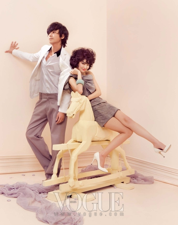 주지훈이 입은 댄디한 감각의 셔츠와 화이트 재킷, 활동적인 와이드팬츠는 모두 루이 비통(Louis Vuitton), 스웨이드 로퍼는 돌체 앤 가바나 (Dolce & Gabbana).