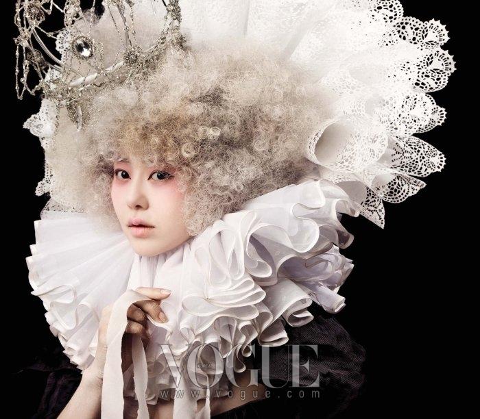 리넨 소재의 러플 장식은 한혜자(Haneza), 주얼리 디테일의 화려한 왕관은 스타일리스트 소장품.