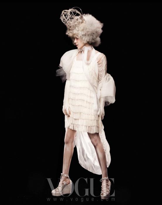 프린지 소재의 섬세한 미니 드레스와 볼륨 소매 장식의 튤 가운은 모두 진태옥, 라피아 소재의 레이스 업 웨지힐은 에르메스.