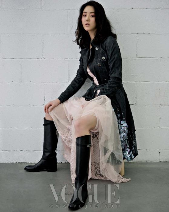 레이스 디테일의 롱 드레스는 지춘희, 스팽글 장식의 헴라인이 독특한 뱀피 트렌치코트는 버버리 프로섬, 블랙 레더 부츠는 에르메스.