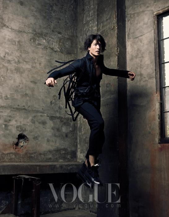 테이핑 장식의 블랙 셔츠는 레주렉션(Resurrection by Ju Young), 블랙 팬츠는 앤 드멀미스터(Ann Demeulemeester), 슈즈는 디올 옴므(Dior Homme)