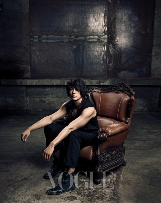 블랙 컬러의 베스트는 서상영(Suh Sang Young), 블랙 팬츠와 레이스업 앵클 부츠는 앤 드멀미스터(Ann Demeulemeester).
