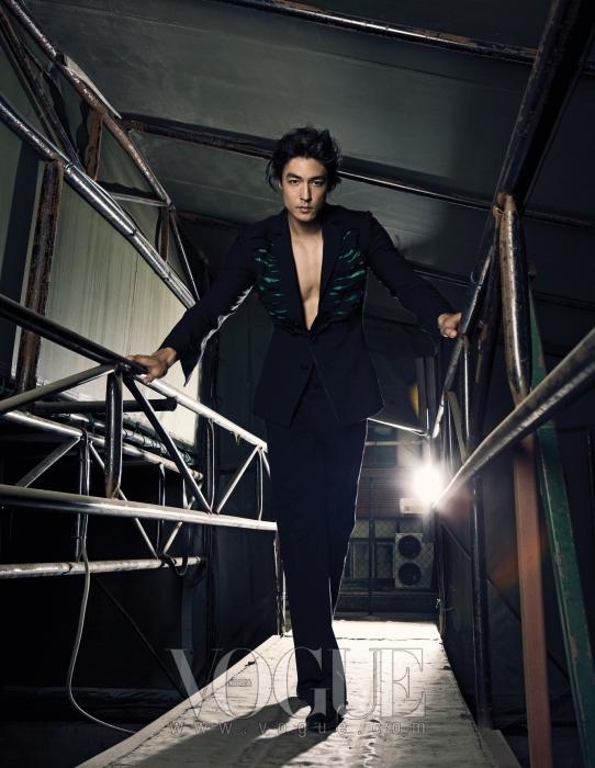 독특한 커팅이 돋보이는 블랙 재킷은 레주렉션(Resurrection by Ju Young), 팬츠는 프라다(Prada), 블랙 컬러의 로퍼는 디올 옴므(Dior Homme).