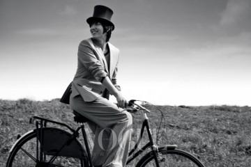 베이지 재킷과 스트라이프 니트, 루즈한 피트의 팬츠, 샌들은 모두 루이 비통(Louis Vuitton), 자전거는 보빈(Bobbin Bicycles).