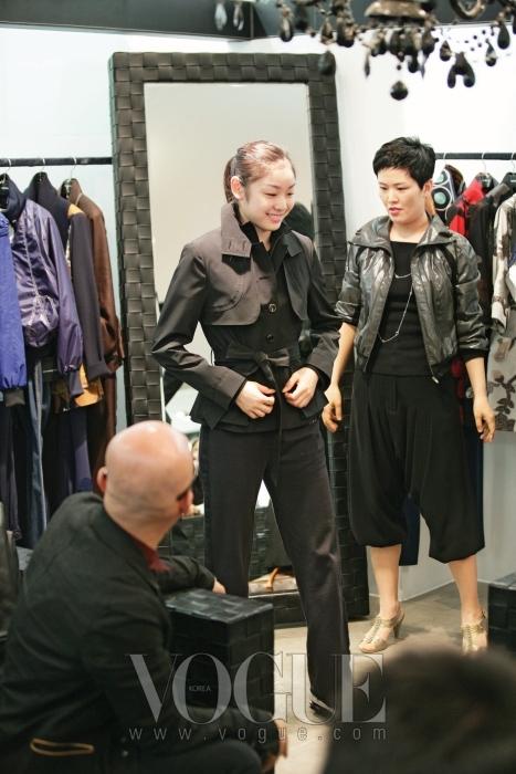 성인이 된 김연아를 위해 이상봉이 선물한 옷들을 입어 보는 중. 백화점에서 옷을 고르는  여느 대학생처럼 상기된 표정이었다.