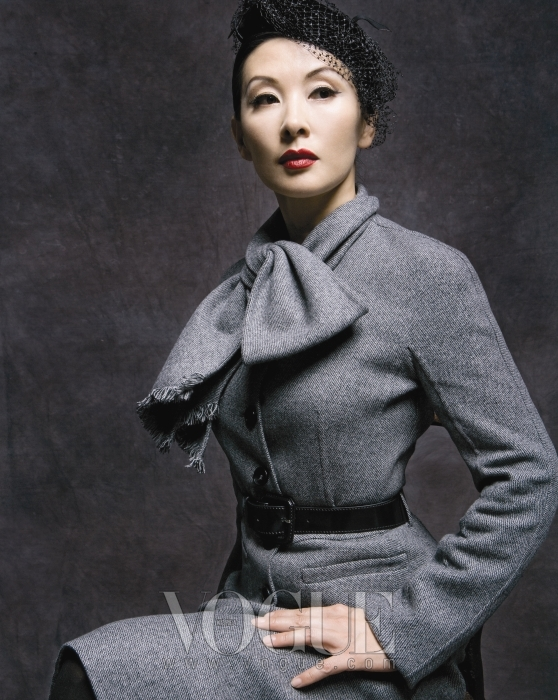 LEE MI SOOK검정 베일이 달린 모자에 40년대 스타일의 뉴 룩을 멋지게 소화한 이미숙. 잘록한 허리 라인이 돋보이는 회색 스커트 수트는 디올(Dior).
