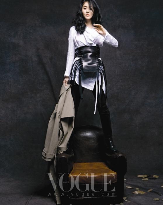 GO HYUN JUNG그 누구보다도 아방가르드한 룩들을 시크하게 소화해낸 고현정. 헐렁한 화이트 셔츠 블라우스와 블랙 팬츠, 그리고 멋스럽게 착용한 버클 장식의 가죽 코르셋과 투박한 블랙 부츠는 모두 앤 드멀미스터(Ann Demeulemeester), 매니시한 디자인의 트렌치코트는 버버리 프로섬(Burberry Prorsum).